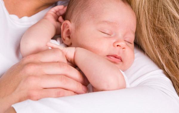 mẹ dỗ em bé ngủ say