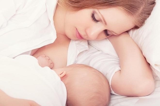 Cách cho bé bú nằm an toàn nhất dành cho mẹ