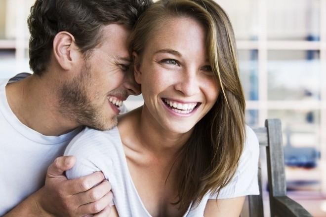 Hai vợ chồng cười