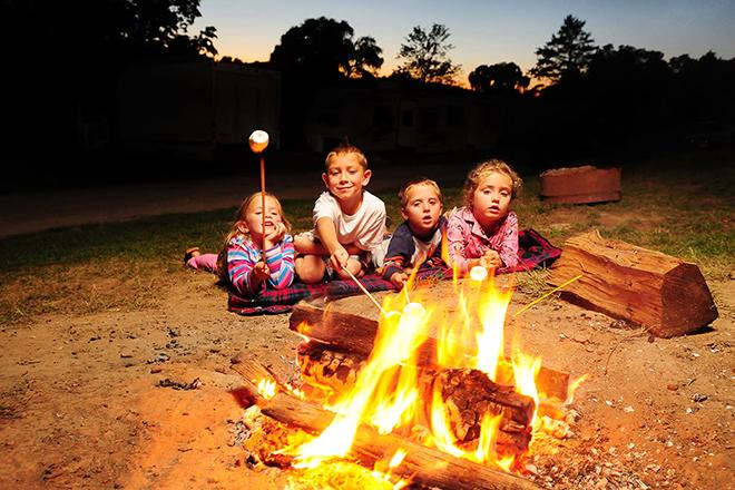 Trẻ gần đống lửa