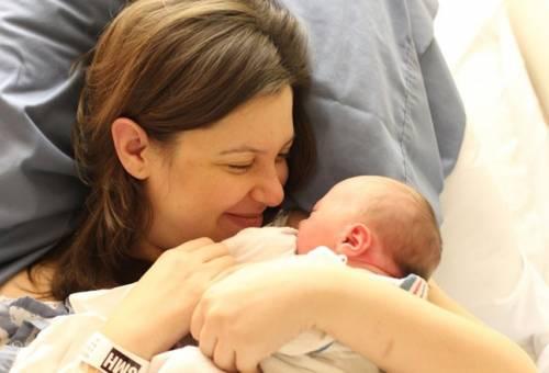 Chăm sóc mẹ sau sinh mổ như thế nào để nhanh hồi phục