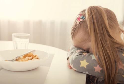 Trẻ tự nhiên biếng ăn có sao không, mẹ phải làm gì?