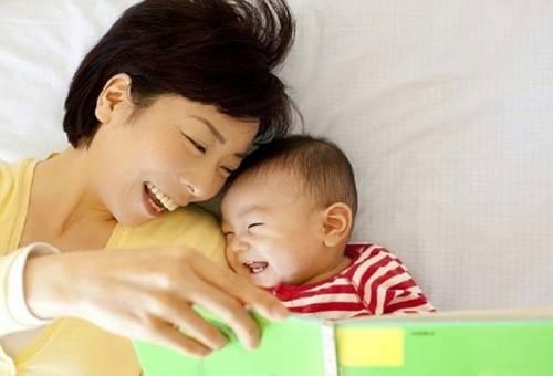 Kể chuyện cổ tích và hát ru cho bé mỗi đêm để bé ngủ ngon hơn