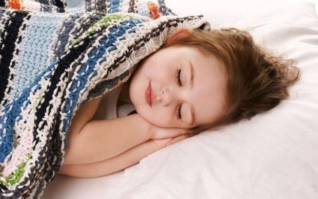 Xử lý khi bé ngủ hay đạp tung chăn ra ngoài