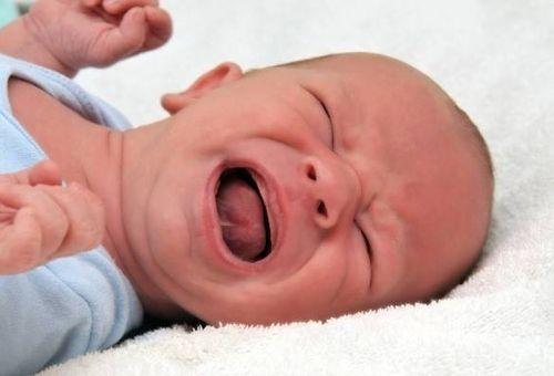 Cách hay giúp trẻ sơ sinh hết rướn mình, vặn mình khi ngủ