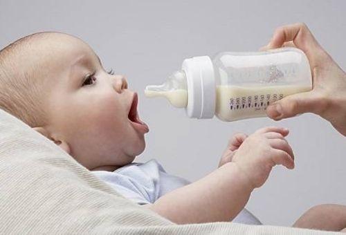 Hướng dẫn mẹ cho trẻ bú đúng cách để tránh viêm tai giữa